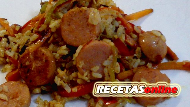 Ensalada tibia de arroz y salchichas - Recetas de cocina RECETASonline
