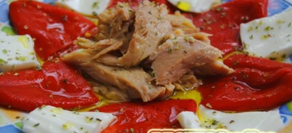Ensalada de pimientos del piquillo, ventresca de atún y queso fresco