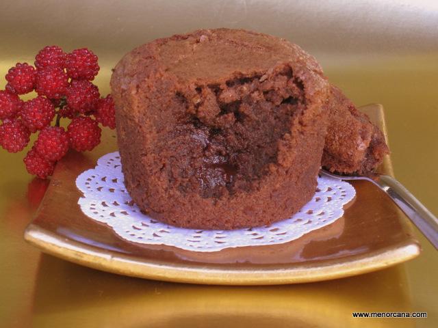 Coulant de chocolate con ganache de cerezas - Recetas de cocina RECETASonline
