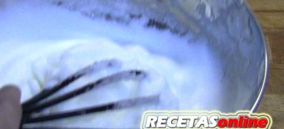 Montar claras a punto de nieve a mano - Recetas de cocina RECETASonline