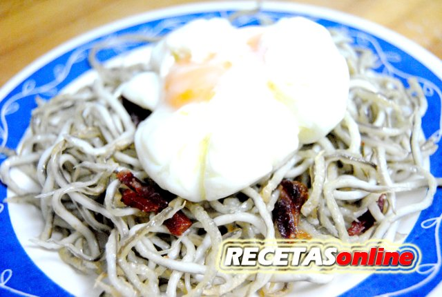 Huevo escalfado sobre nido de gulas con jamón - Recetas de cocina RECETASonline
