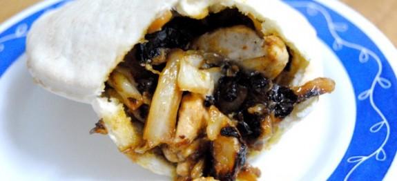 Pollo con col caramelizada al curry en pan de pita - Recetas de cocina RECETASonline