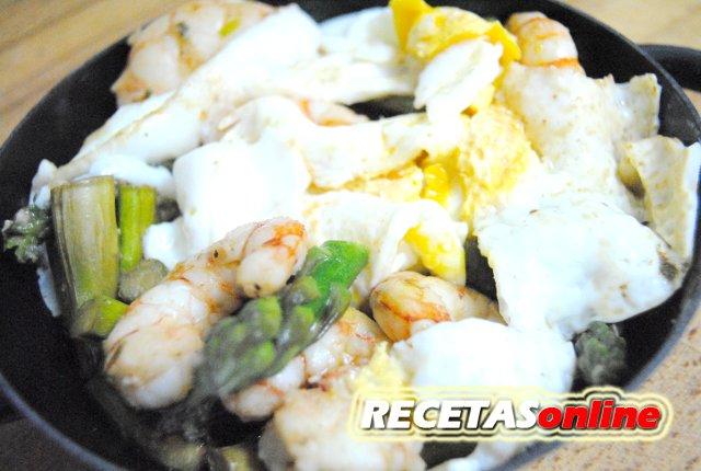 Cazuelita de gambones, ajos tiernos y espárragos con huevos rotos - Recetas de cocina RECETASonline