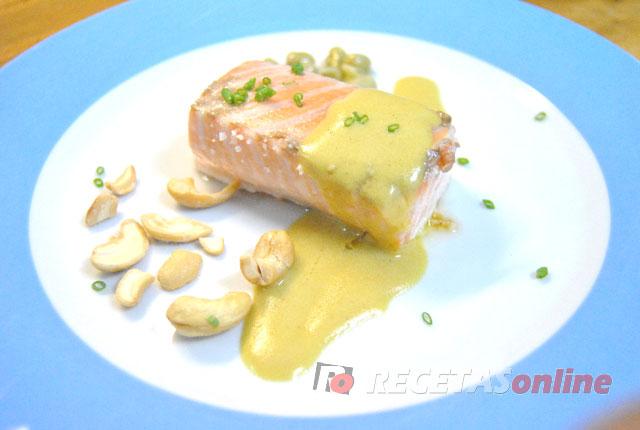 Salmón-a-la-sal-con-vinagreta-de-mostaza,-anacardos-y-habitas-fritas
