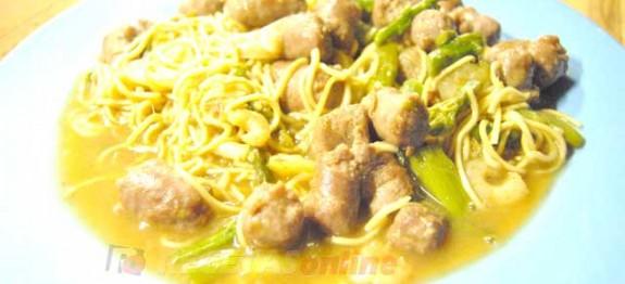 Fideos-chinos-con-carne,-marisco-y-tallos---Recetas-de-cocina-RECETASonline