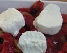 Ensalada de pimientos asados, cebolla caramelizada y queso de rulo de cabra