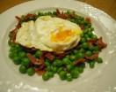 Guisantes con jamón y huevo escalfado